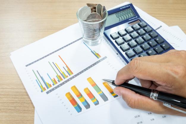 La imagen tiene un atributo ALT vacío; su nombre de archivo es hombre-negocios-utiliza-calculadora-calcular-inversion-stock-mejora-negocio-cambio-crecimiento-dinero_53283-121.jpg